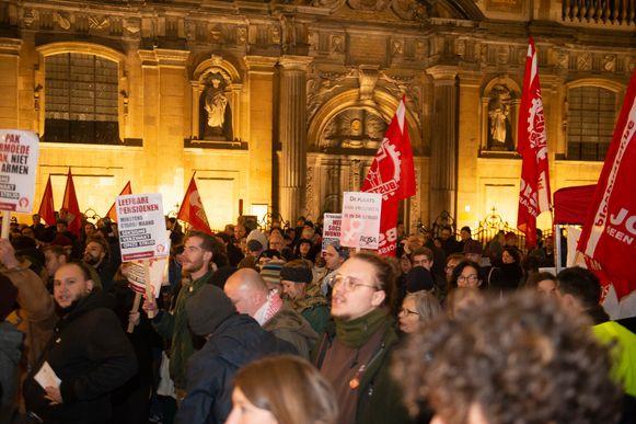 Zo'n 350 mensen kwamen maandagavond samen op het Hendrik Conscienceplein om te betogen tegen het bezoek van Salvini.