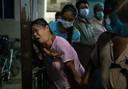 De moeder van een demonstrant huilt bij een ziekenhuis, nadat haar zoon overleed na clashes met het Myanmarese leger.