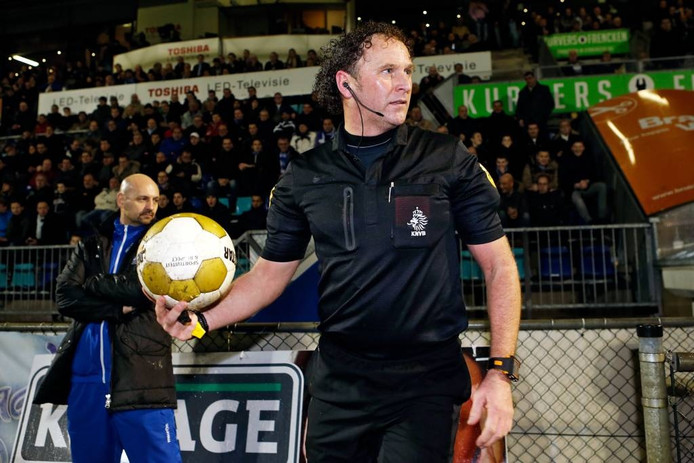 Scheidsrechter Ronald Wiedemeijer vlak voor de hervatting van het duel FC Den Bosch - AZ.