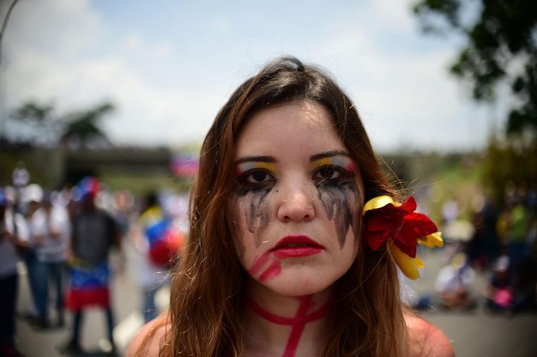 TOPSHOT - A Venezuelan opposition activist participates in a sit-in to block the Francisco Fajardo motorway in Caracas, on April 24, 2017. Protesters plan Monday to block Venezuela's main roads including the capital's biggest motorway, triggering fears of further violence after three weeks of unrest left 21 people dead. / AFP PHOTO / RONALDO SCHEMIDT Beeld afp