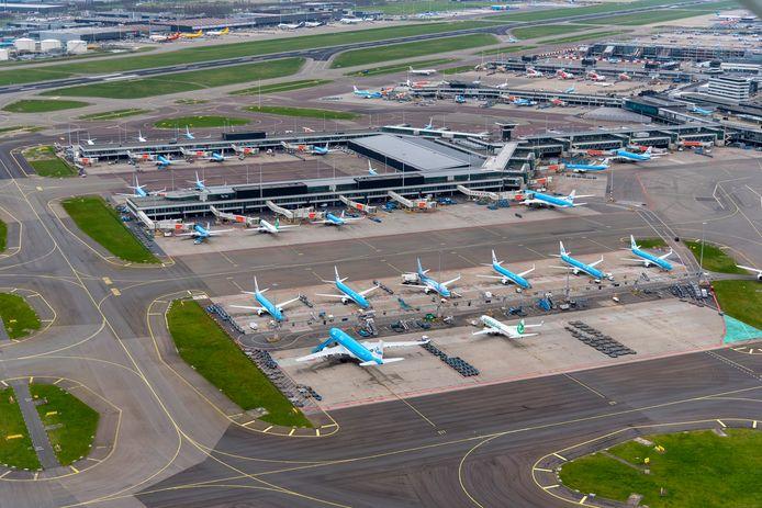 Op Schiphol zijn nog maar twee van de acht pieren in gebruik. Het grootste deel van het vliegveld wordt gebruikt als parkeerplek voor toestellen.