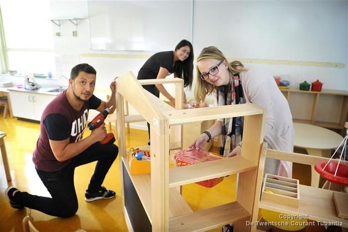 Ouders en leerkrachten zijn druk met de inrichting van de school.