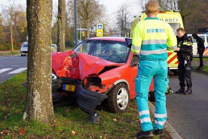 De auto kwam uiteindelijk tot stilstand tegen een boom.