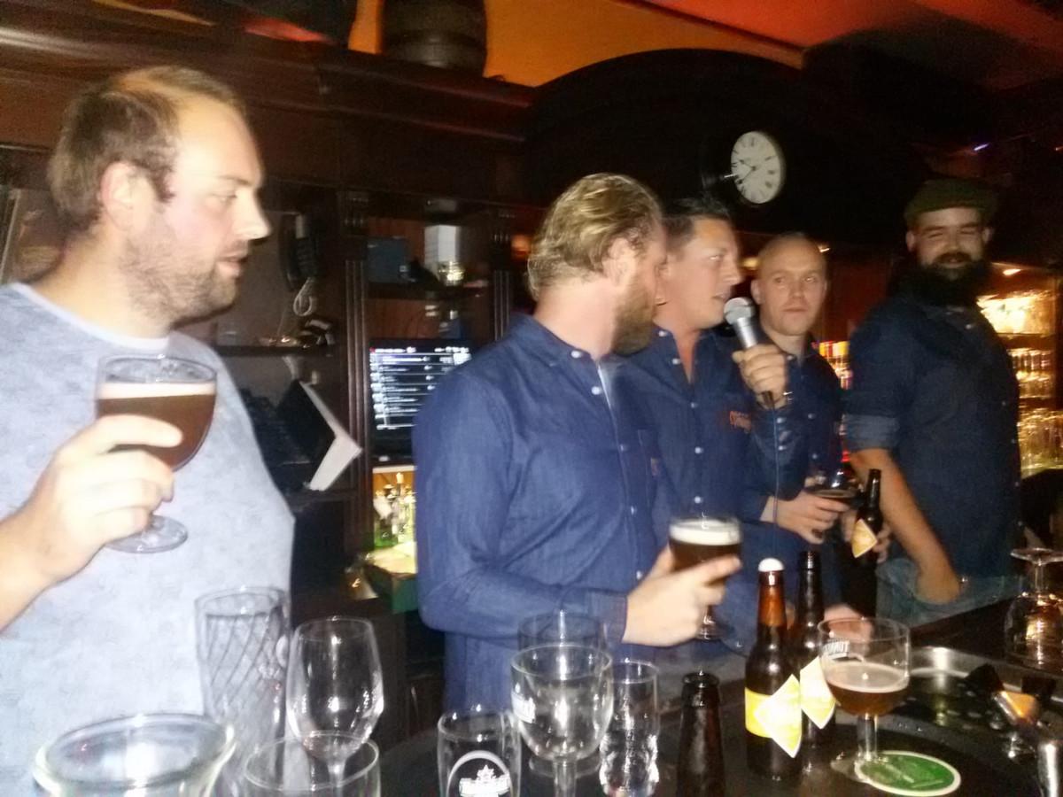 De heren presenteren het nieuwe blondbier achter de bar. Links Rob Langenberg, in het midden met de microfoon Maarten Verhey en helemaal rechts Dennis Verbrugge.