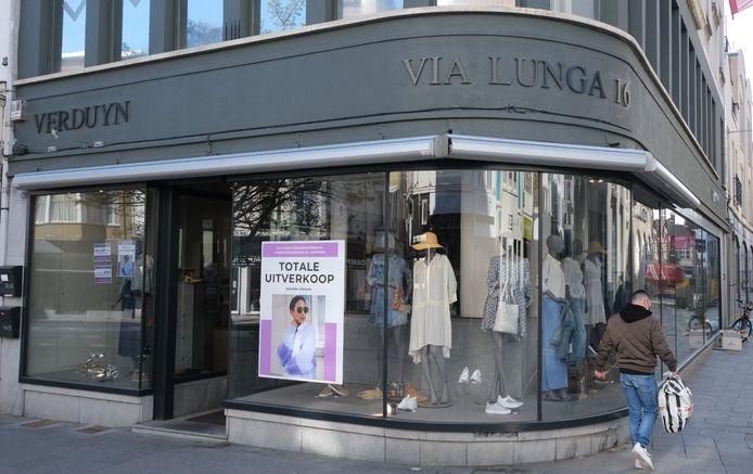 Via Lunga houdt een totale uitverkoop in de Lange Steenstraat 16