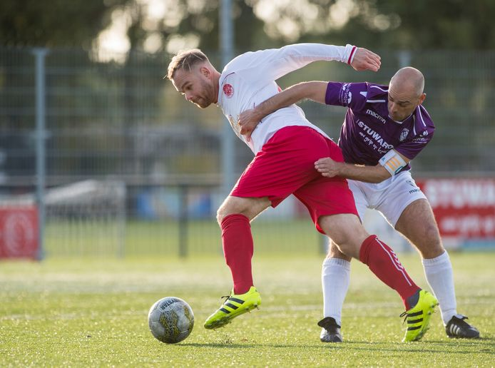 Anthony Lurling als voetballer in actie namens FC Engelen.
