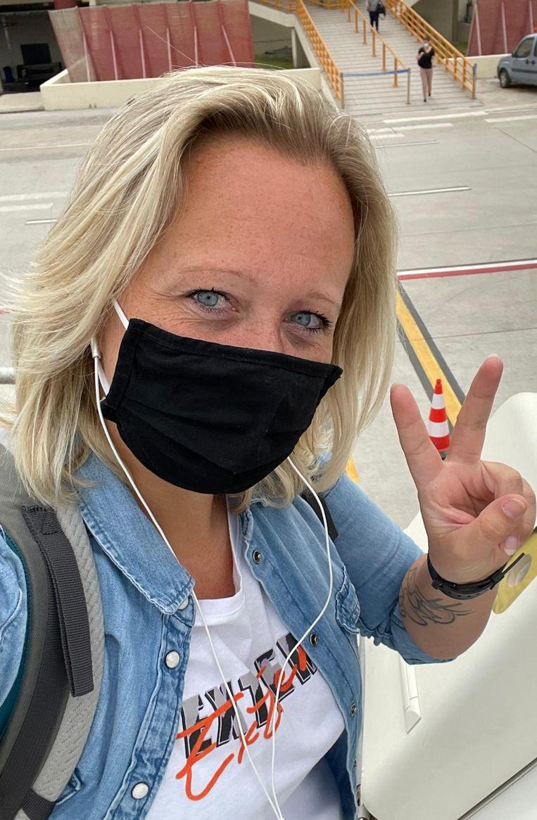 Kelly Vos, vlak voor ze op het vliegtuig naar Amsterdam stapt. Beeld Kelly Vos