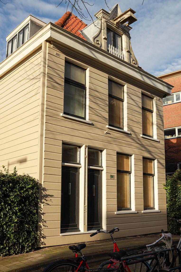 Op 27 maart stonden we in de Wittenstraat voor het huis met werkplaats uit 1893 van het scheepstimmerbedrijf van Cornelis Boekel, op nummer 174. Een herinnering aan de tijd dat het hier vol stond met loodsen en werkplaatsen. Winnaar van het jaarabonnement op Ons Amsterdam is Bart Velmans. Beeld Anouk Hulsebosch