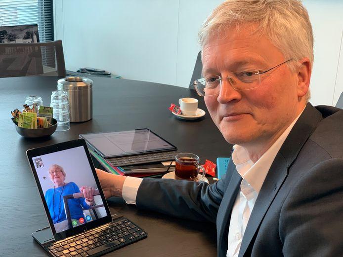 Burgemeester Theo Weterings videobelt met Ans van der Drift (82)