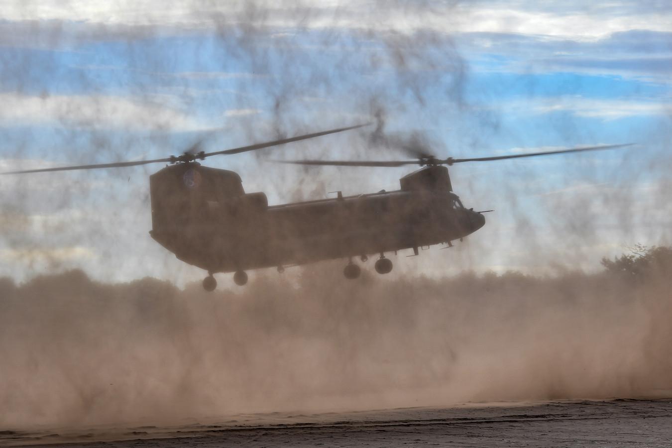 Defensie oefende vorig jaar brown out-landingen op de Oirschotse Heide. Dit jaar zijn de moeilijke landingen weer in Portugal.