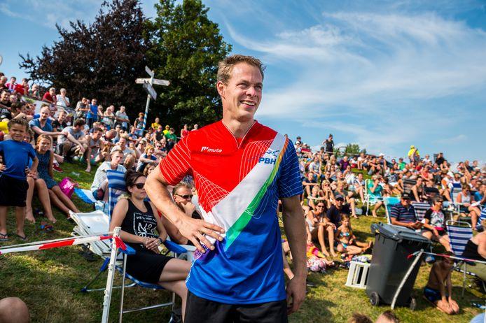 Het NK Polsstokspringen in Jaarsveld op zaterdag 26 augustus: de dag van Woerdenaar Jaco de Groot kan niet meer stuk, voor de derde keer wordt hij Nederlands kampioen.