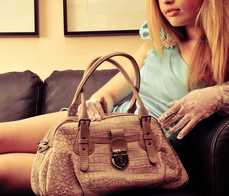 Slachtoffers worden vaak overladen met dure cadeaus, zoals kleren en handtassen. Beeld