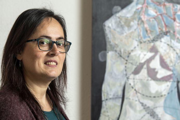 Kunstenaar Derya Zenginoglu maakt portretten van Hengelose kunstenaars in hun eigen atelier, deels in het Turks.