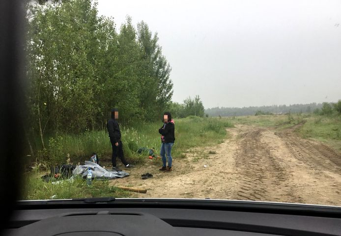 Albanezen worden aangehouden op verboden terrein tegenover NS-station Lage Zwaluwe.