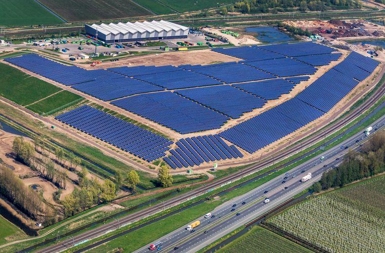 Een zonnepark in Geldermalsen. Beeld Raymond Rutting / de Volkskrant