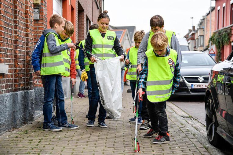 De leerlingen trokken in fluohesjes en met grijpers op pad om afval op te ruimen.