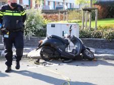 Scooterrijder met spoed naar ziekenhuis na aanrijding in Maasdijk