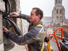 Een bijzondere klus: de constructie van de klok van het Bergse stadhuis wordt gerestaureerd