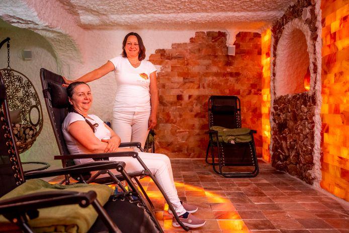 Maria Sike (links) en Zuzsanna Lajko zijn samen een zoutkliniek begonnen: ,,Het is heel goed voor mensen met huidklachten.''