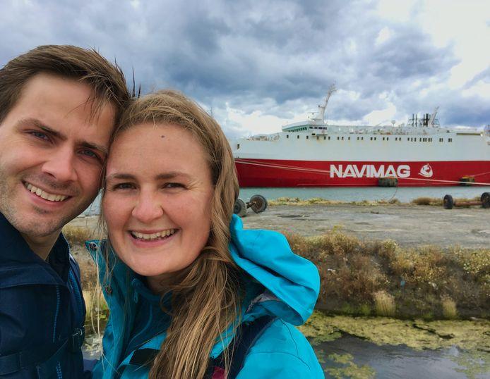 Annick en haar vriend Gieljan in Chili met op de achtergrond de boot waarmee ze vier dagen op pad gingen.