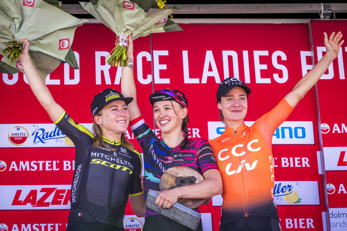 Van Vleuten (l) als runner-up in de Amstel Gold Race.