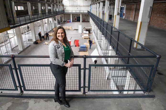 """Projectleider vaccinaties Annelies Barret in het Hazemeijercomplex, waar de opbouw in volle gang is. De GGD is blij met de plek: """"Groot en overzichtelijk en op een gunstige locatie, met ruime parkeermogelijkheden."""""""