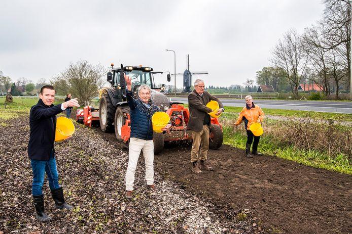 De zaaiers, vanaf links wethouder Jurgen van Houdt , Gerrit Meutstege , Hans Vaneker en Joke Pasman.