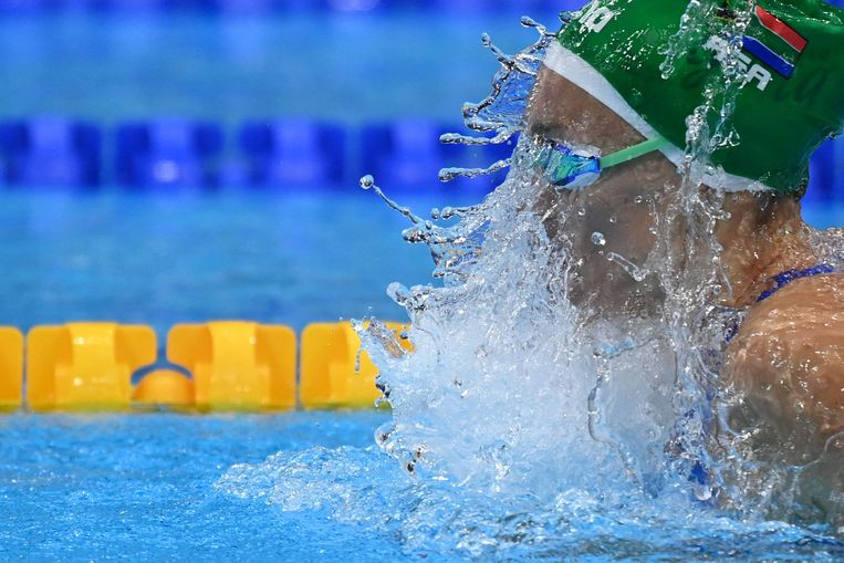 Tatjana Schoenmaker uit Zuid-Afrika strijdt om een Olympisch record in een voorronde voor het zwemmen op de 100 meter schoolslag voor vrouwen in het Tokio Aquatics Centre in Tokio op 25 juli 2021.  Beeld AFP