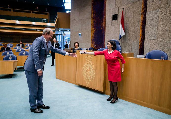 Kamervoorzitter Khadija Arib (R) reikt het lintje aan vertrekkend kamerlid Anne Mulder (VVD) uit.