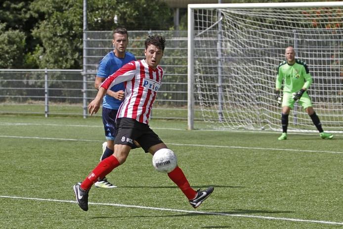 In de voorbereiding op het lopende voetbalseizoen speelde VC Vlissingen ook al op kunstgras. Op de foto Khalid El Hattach in duel een speler van ASWH.