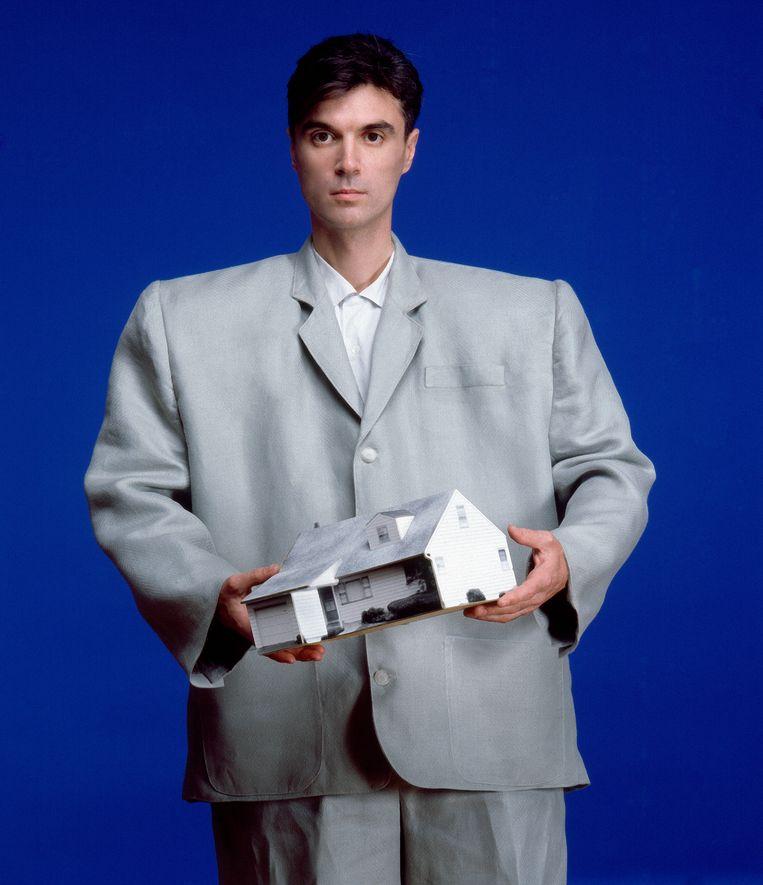 David Byrne in het iconische XL-pak tijdens een shoot voor 'Rolling Stone', 1983. Beeld Getty Images