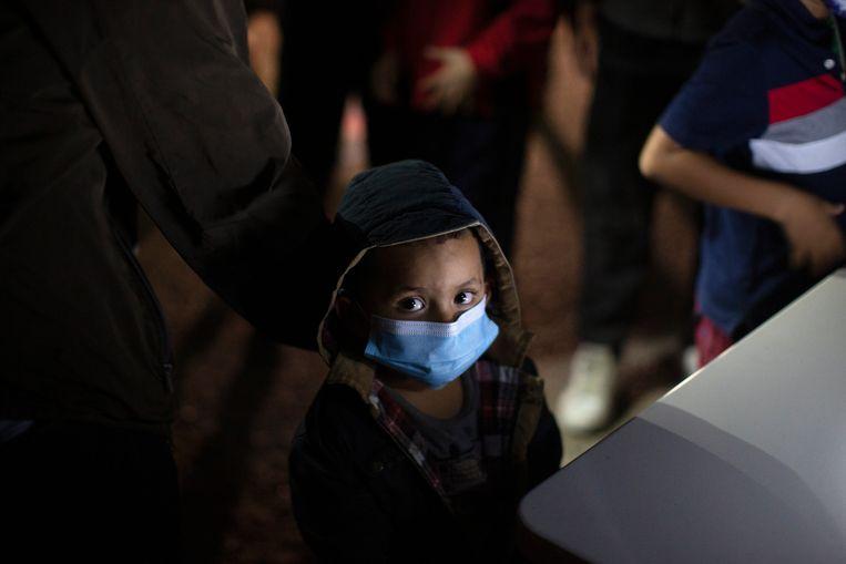 Een kind dat zonder ouders de zuidelijke grens over is gesmokkeld.  Republikeinen spreken nu al smalend over de 'grenscrisis van Biden'. Beeld AP