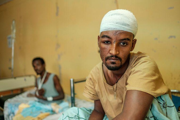 Overlevenden van de moordpartij in het dorp Mai Kadra. Tigrese milities zouden hier enkele weken geleden honderden niet-Tigreërs hebben vermoord. Beeld Eduardo Soteras Jalil / AFP