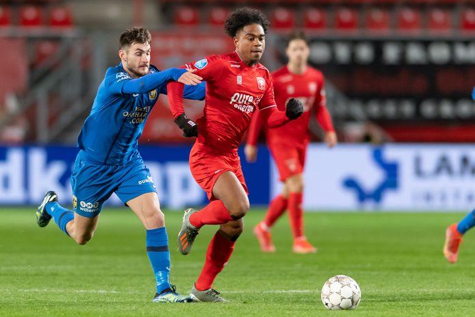 Matus Bero van Vitesse heeft handen en voeten nodig om Godfried Roemeratoe af te stoppen.