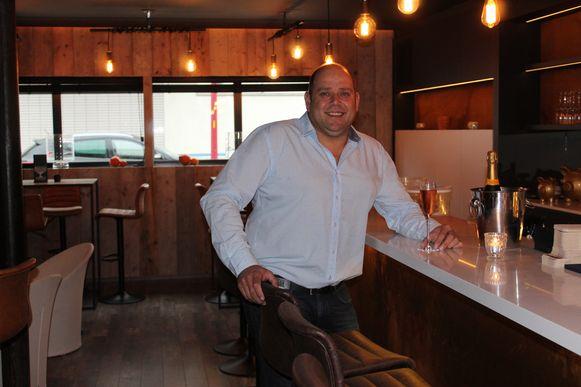Dimitri Stofferis in het vernieuwde bargedeelte van Bobaz.