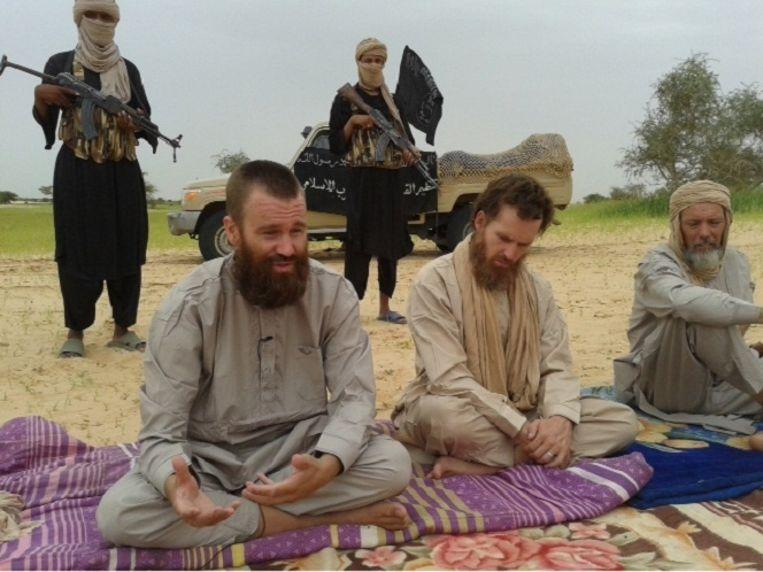 Drie westerse gijzelaar in Mali in een video van Al Qaeda uit 2012. Uiterst rechts Sjaak Rijke. Beeld afp