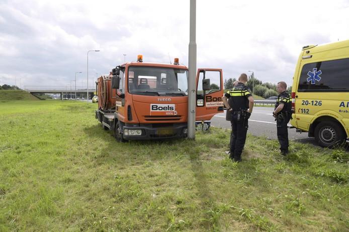 Vrachtwagen rijdt tegen lichtmast.