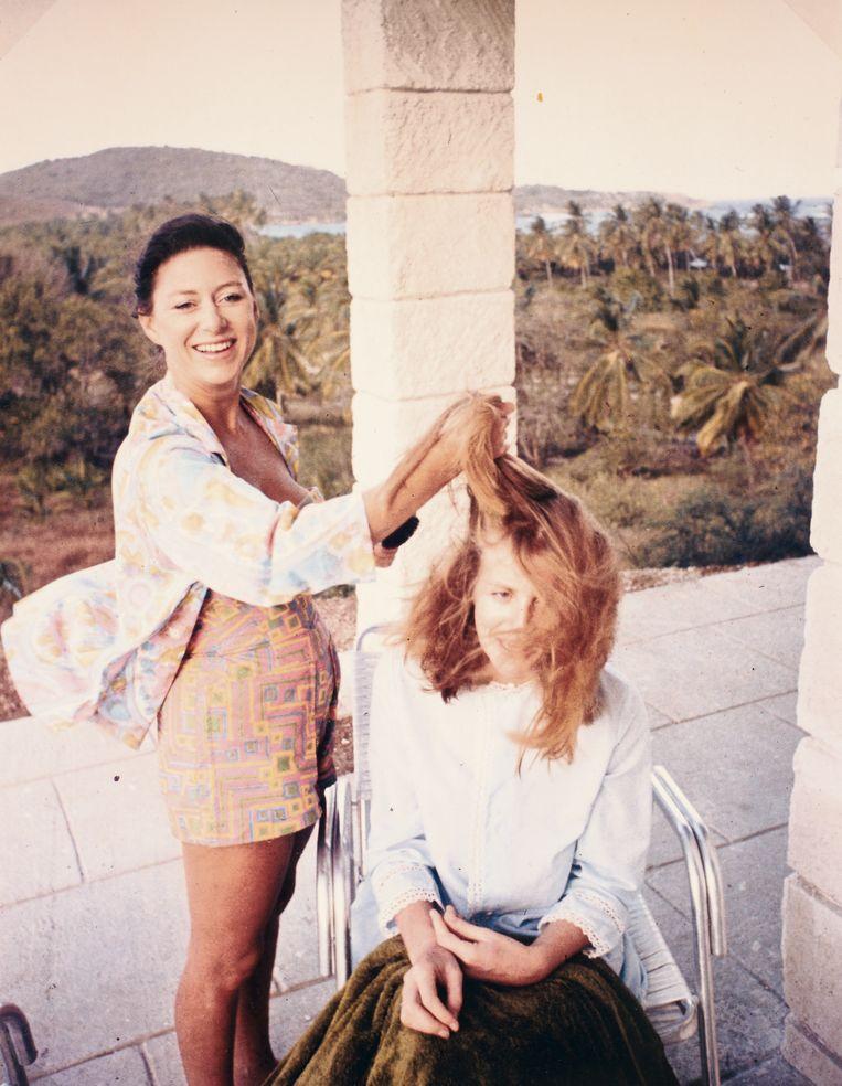 Anne Glenconner en prinses Margaret als haar persoonlijke stylist. 'Ik weet niet of mijn kapper Simon hier blij mee zou zijn geweest.' Beeld
