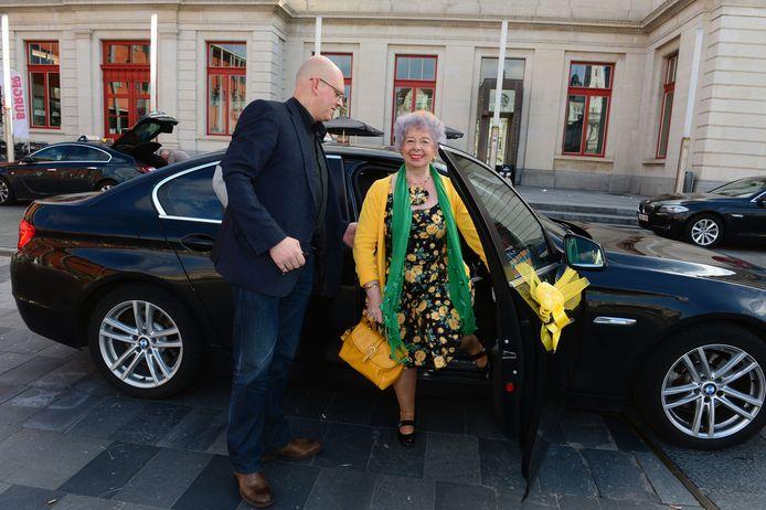 Net zoals de Britse Queen Elizabeth II heeft Lucie een vaste chauffeur, zij het wel een vaste taxichauffeur want Lucie rijdt nooit met de wagen. Ze heeft zelfs geen rijbewijs.