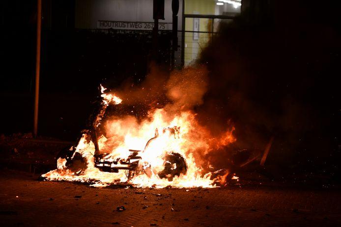 Inmiddels zijn er al aardig wat voertuigen in vlammen opgegaan.