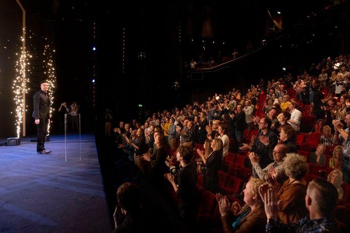 Masterclass Geluk van Guido Weijers in het Beatrixtheater van de Jaarbeurs in Utrecht. Tijdens de voorstelling wordt onderzoek uitgevoerd door Fieldlab Evenementen.