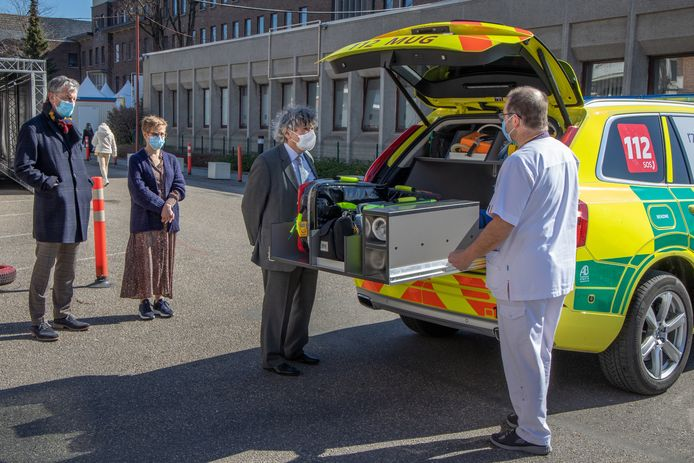 Hoofdverpleegkundige dienst Spoedgevallen, Guido Mombaers (rechts) toont de nieuwe MUG aan Roger Van Geerteruy, Managing Director van Affilips NV (centraal op de foto).