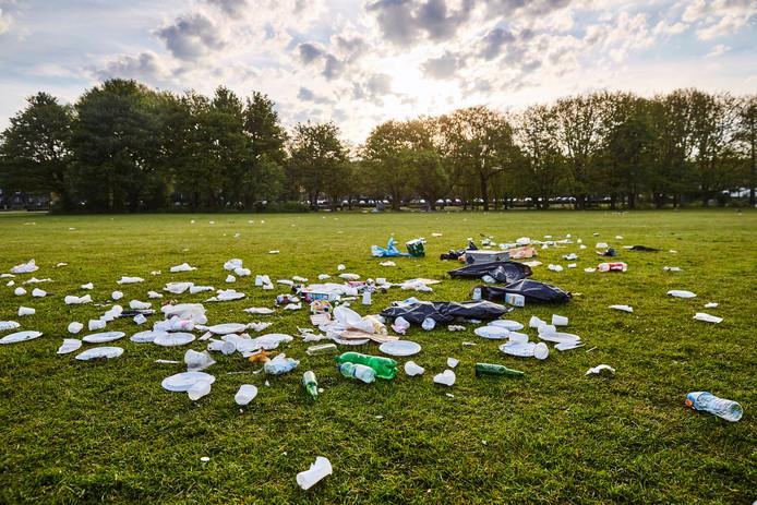 In de parken blijft vaak rommel liggen, zo ook hier in het Vroesenpark.