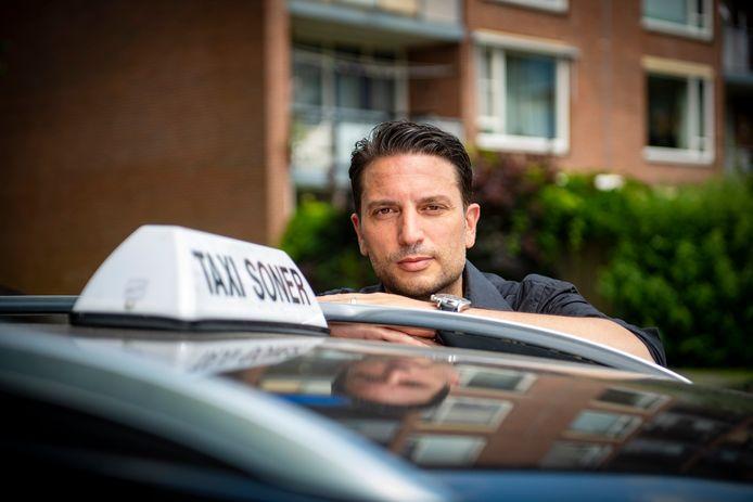 Het bedrijf van taxichauffeur Soner Gurdal viel bijna helemaal stil in de coronacrisis. Daarom besloot hij zich om te scholen tot pakketbezorger.