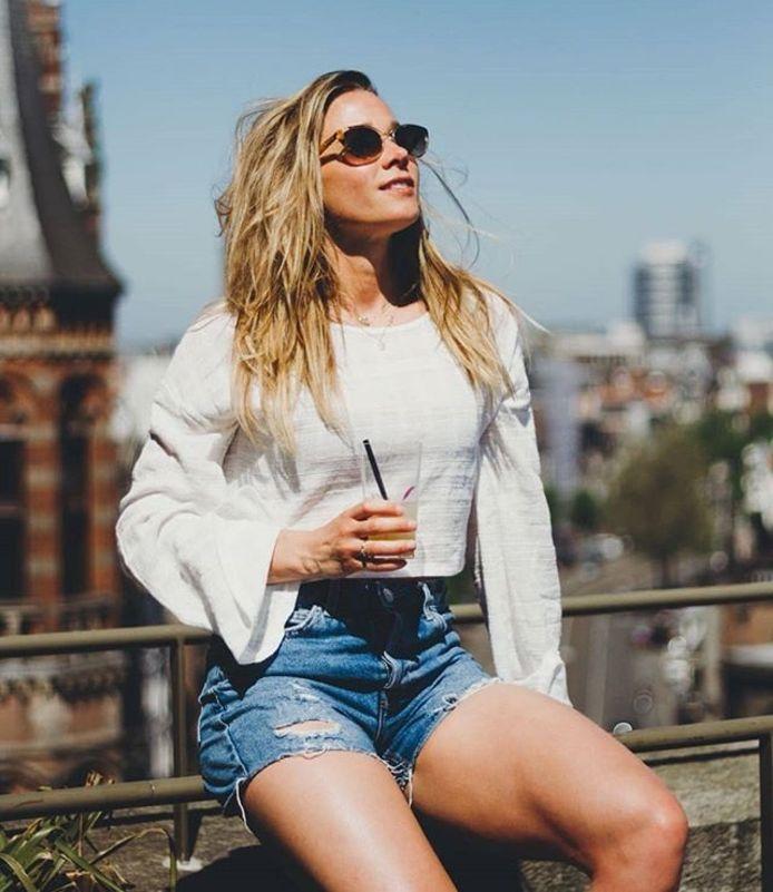 Ellen Hoog geniet vandaag van de zon in Amsterdam.