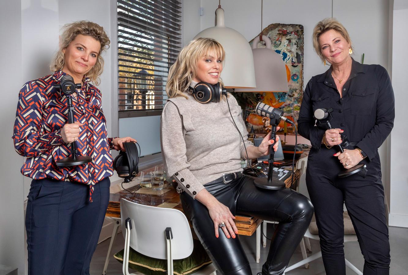 Nederland, Amsterdam Clarice Stenger, Bridget Maasland en Justine Marcella tijdens de opnames van hun nieuwe podcast.