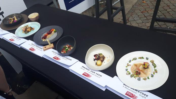 De gerechten van de zes koks (rechts het winnende bord).