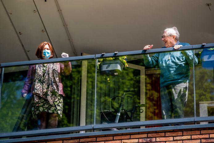 Willem Sinck kan weer lachen, nu zijn dochter Brenda (links) weer op bezoek mag komen op de verpleegetages van gebouw Zilverlinde.