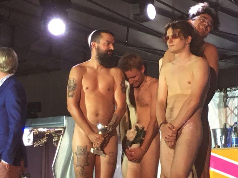 Bruno De Vos, rechts vooraan, springt als eerste op het podium bij de 'recordpoging naakte mannen op 1 vierkante meter'.
