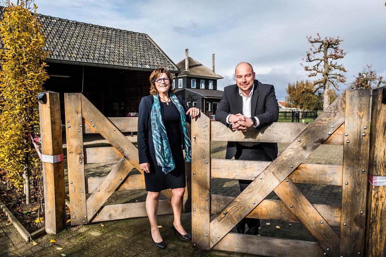 Thea Holtman en Alex Hesse bij De Boerderij in Gendt. Een van de locaties waar Albero zorg en dagbesteding biedt en de beide bestuurders ook kantoor houden.